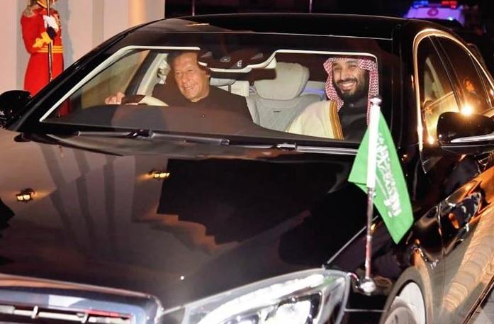 """شاهد.. ردة فعل فتيات سعوديات عقب رؤيتهن """"محمد بن سلمان"""" في السيارة المجاورة (فيديو)"""