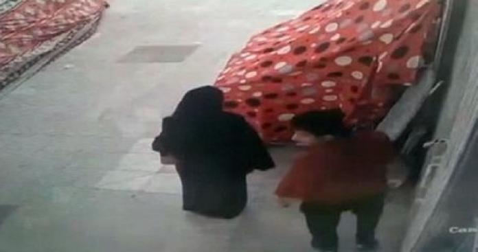 شيطان الكويت يصور عورات النساء في الأسواق.. ويرتكب فعلًا صادمًا بالفيديوهات