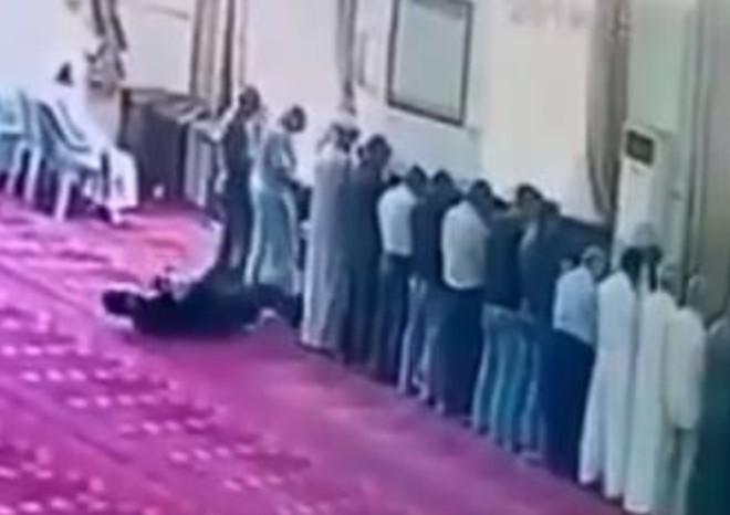 بعد النهوض من السجود خرّ على الأرض.. وفاة أردني أثناء صلاته في المسجد برمضان (فيديو)