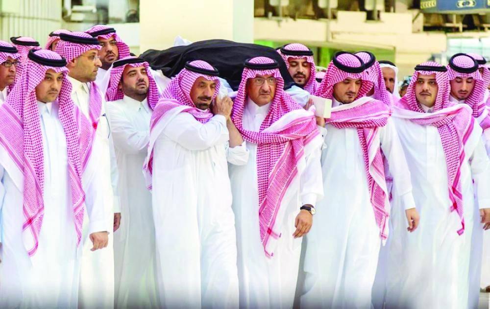 اختفى بعد قرار الملك سلمان.. ظهور الأمير السعودي القوي في عزاء الجوهرة بنت عبدالعزيز (فيديو)
